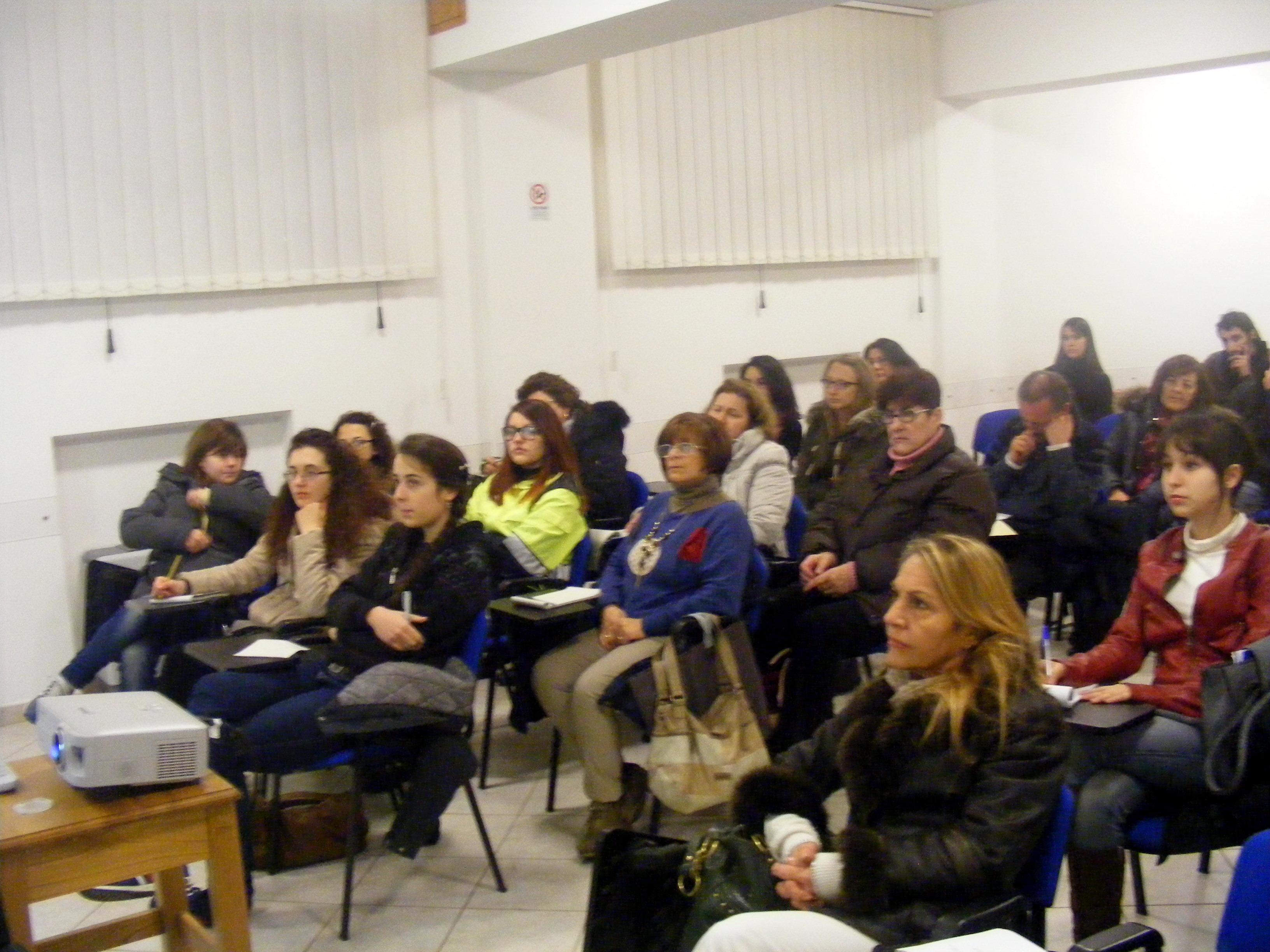 I partecipanti al corso di primo soccorso a lariano durante la lezione