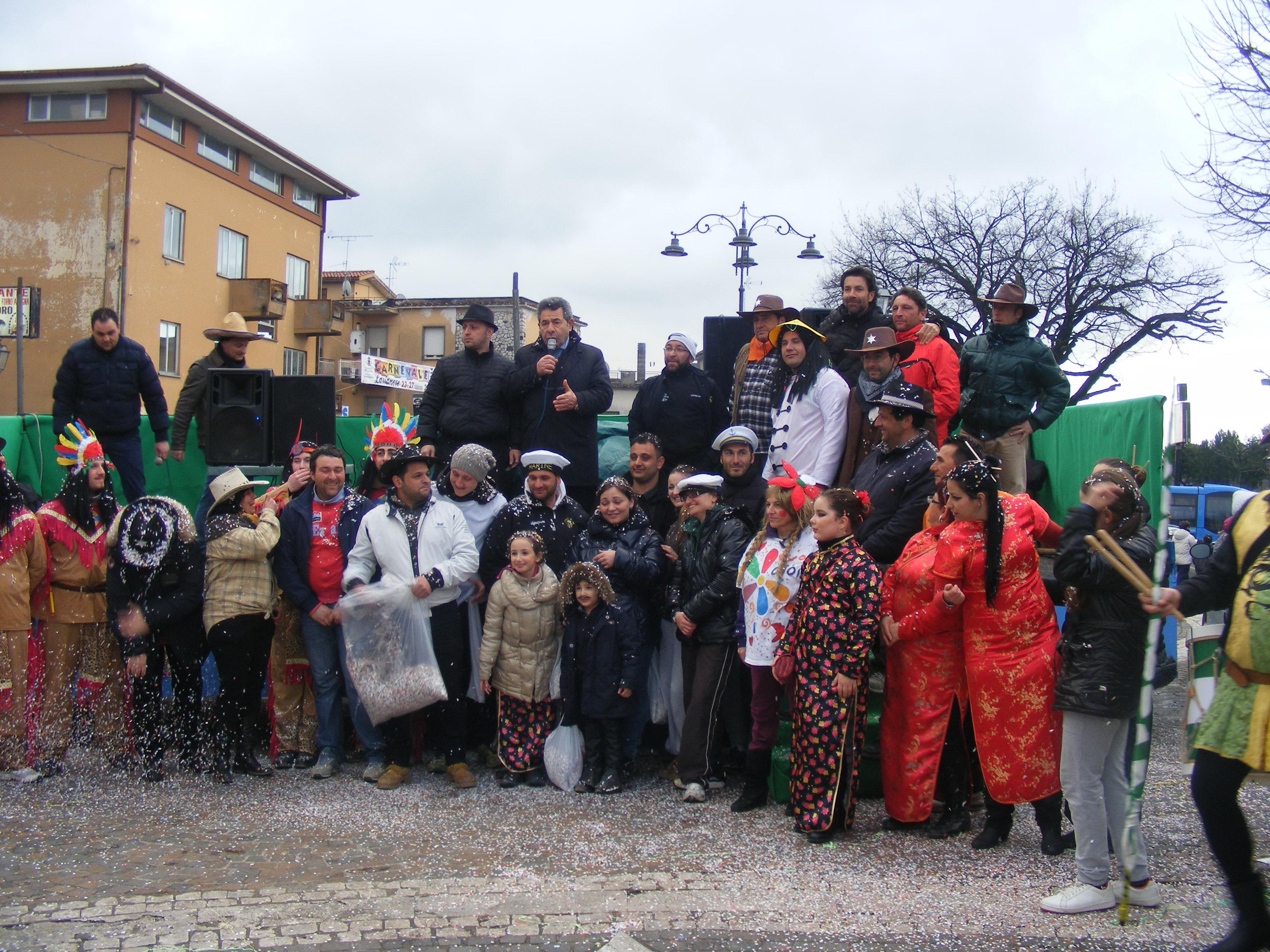 carnevale_larianese_foto_di_gruppo_in_piazza_santa_eurosia