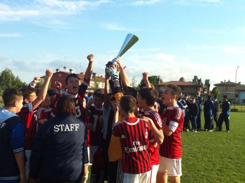 giovanissimi_centro_calcio_rossonero_esultano_a_lignano