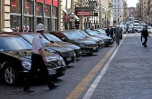 Parcheggio selvaggio di auto blu per assemblea Bankitalia