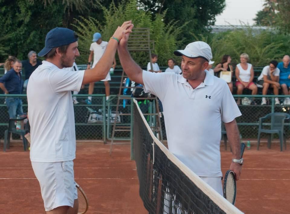 Biazzetti e Pitone si salutano a fine partita durante il torneo Racchette di Legno del Tc New Country Club di Frascati