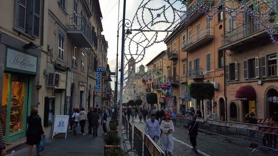 le_decorazioni_verso_piazza_san_barnaba_a_marino