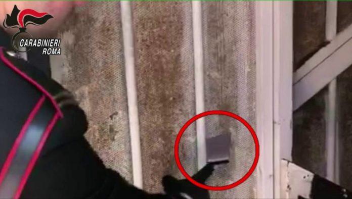 La fessura utilizzata per lo spaccio di droga scoperta dai Carabinieri