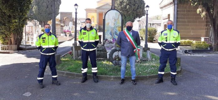 omaggio_floreale_cimitero_marino